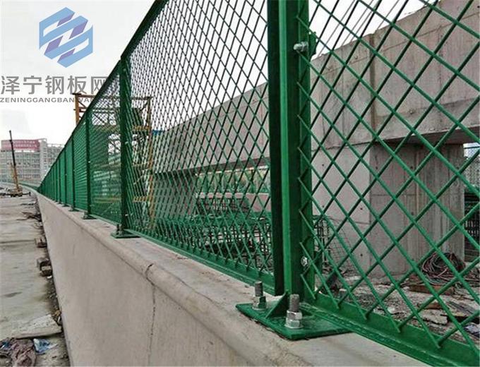 高架桥防抛网工艺:先镀锌后焊再浸塑工艺,涂层材料为PVC或PE 高架桥防抛网:具有极强的防