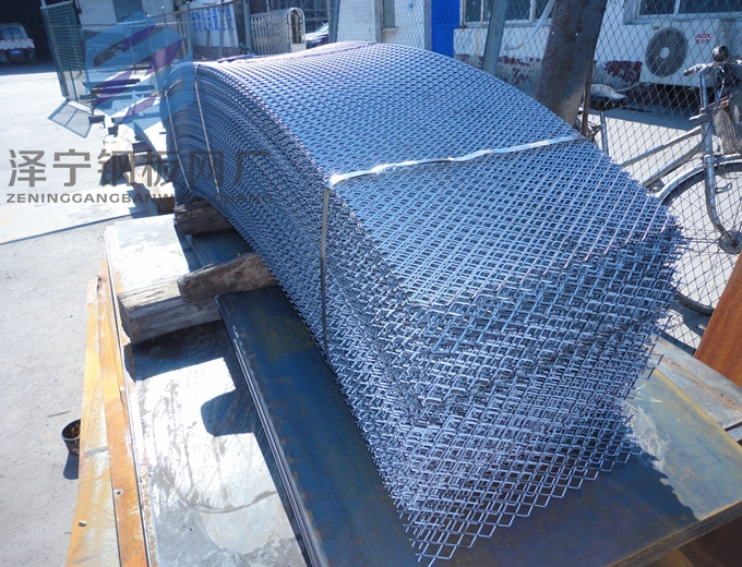 菱钢钢板网是一种可以分左右(或上下)两个带有弯度的金属条组成,这两个金属条一般并不是相同的