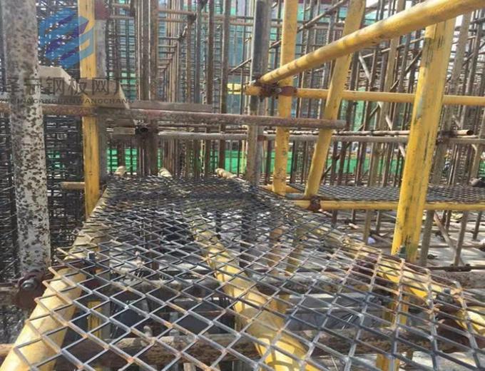钢板网是金属筛网的行业中一个品种。又名金属板网、菱形网、铁板网、金属扩张网、重型钢板网、脚