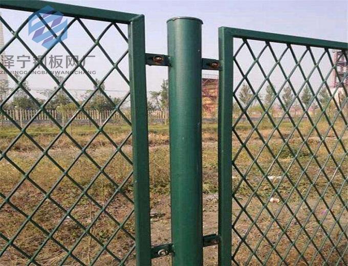 隔离网也称护栏网,围栏,仓库车间隔离网也叫网片隔断。隔离网具有结构简捷、整体牢固、轻盈美观