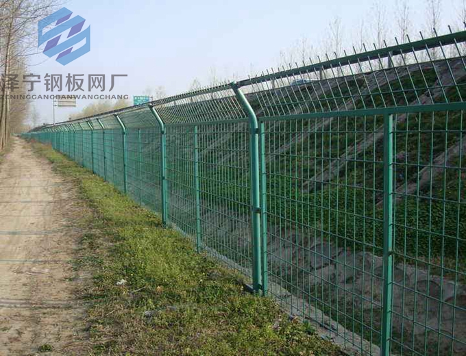 护坡钢板网是基坑支护喷砼用钢板网的简称,按钢板厚度属于菱形钢板网系列中的轻型钢板网,按钢板