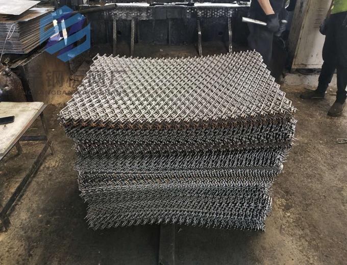 脚手架钢板网是近二年来政府指定在高层建筑外墙脚手架上使用,替代焊接网踏板和竹毛片踏板的一种